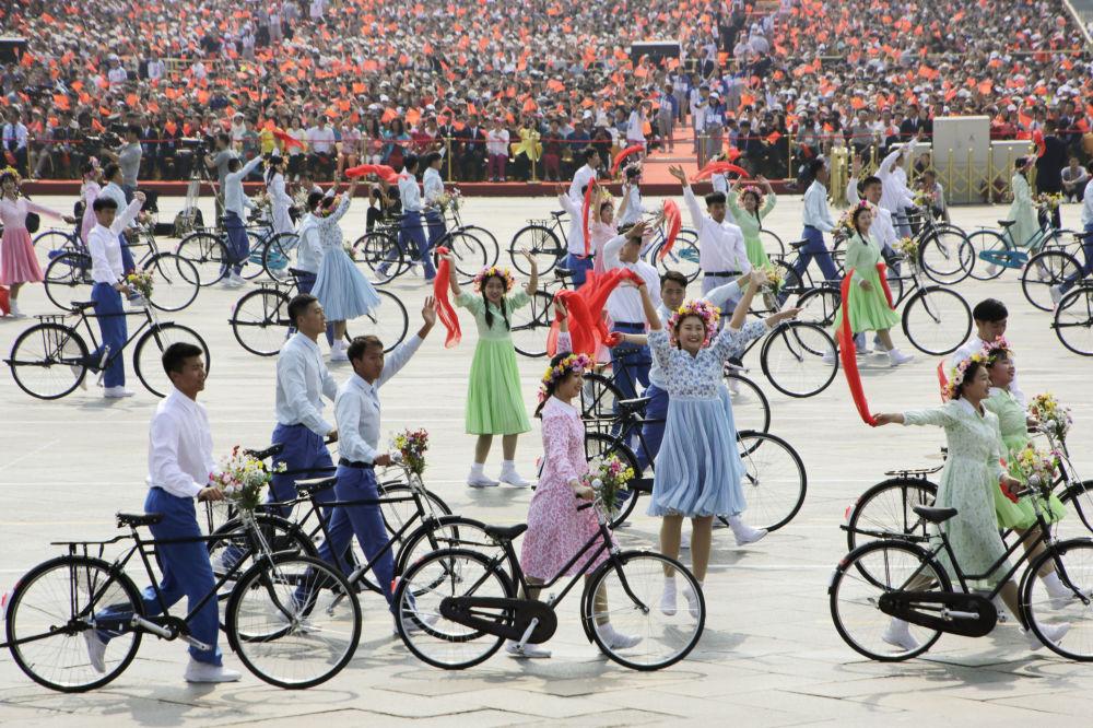 Artistas no desfile militar marcando o 70º aniversário da fundação da República Popular da China, em Pequim