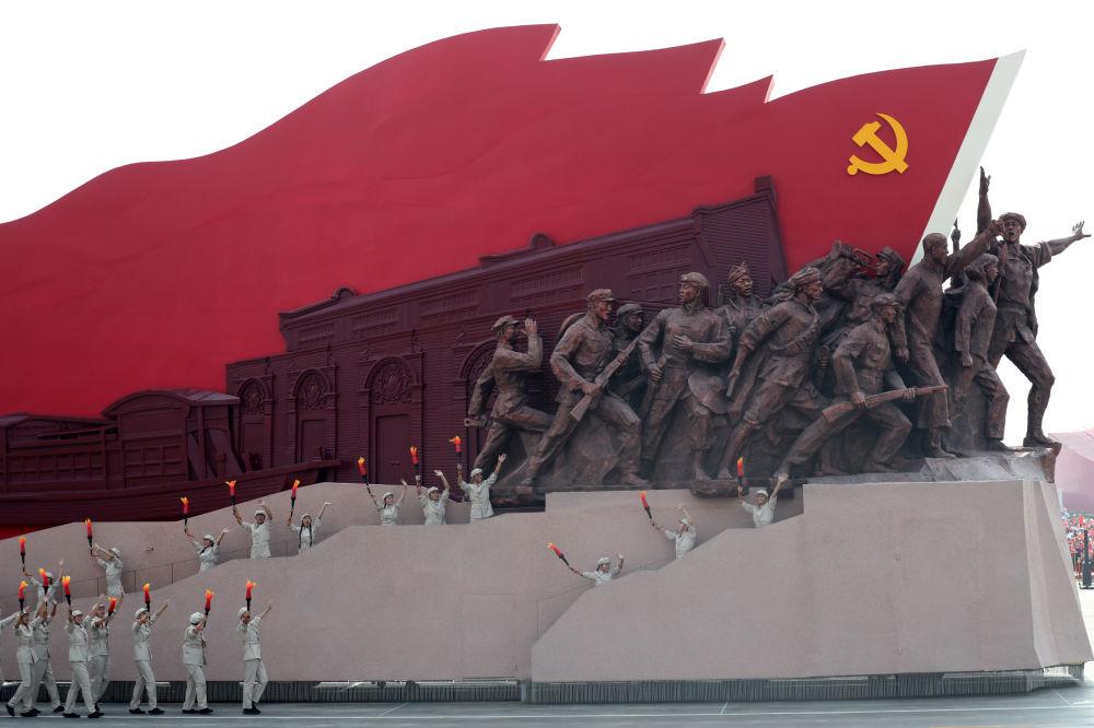 Artistas durante o desfile militar marcando o 70º aniversário da fundação da República Popular da China, em Pequim