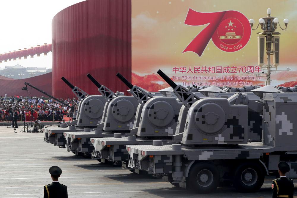 Veículos militares durante o desfile militar marcando o 70º aniversário da fundação da República Popular da China, em Pequim
