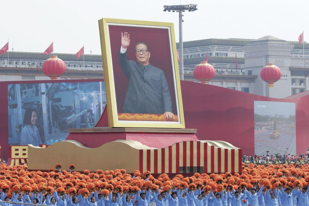 Artistas com o retrato do ex-secretário-geral do Partido Comunista da China, Jiang Zemin, durante o desfile militar marcando o 70º aniversário da fundação da República Popular da China, em Pequim