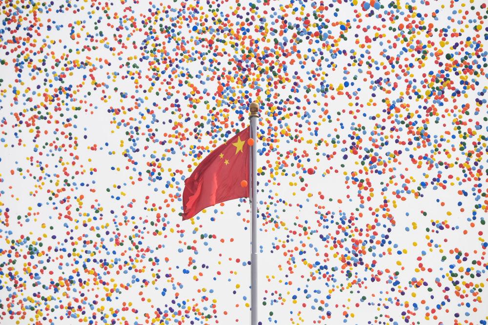 Lançamento de balões no fim do desfile militar marcando o 70º aniversário da fundação da República Popular da China, em Pequim