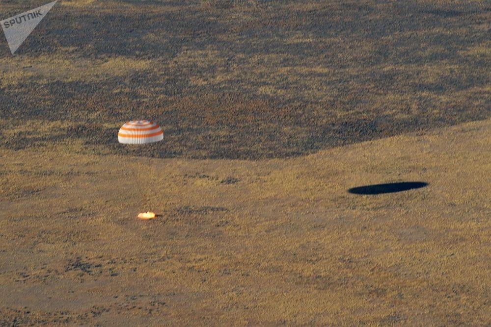 Aterrissagem do módulo de pouso da nave espacial MS-12 Soyuz com três tripulantes da Estação Espacial Internacional