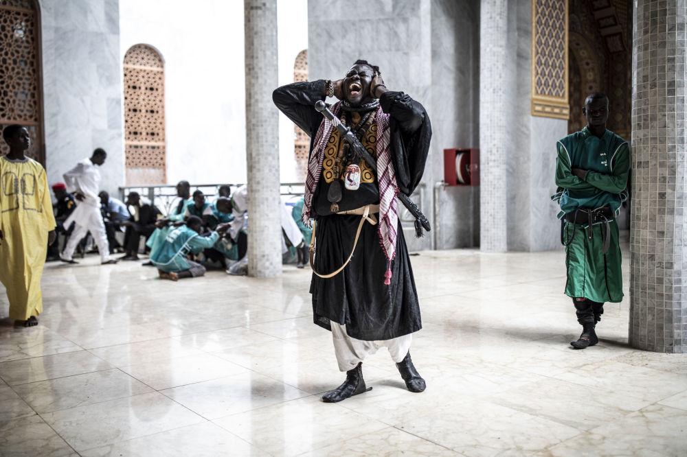 Discípulo de Baye Fall canta na saída da Grande Mesquita de Mourides, em Dakar, Senegal