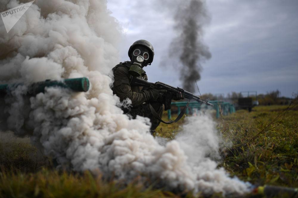 Soldado russo passando por testes de qualificação na região de Novossibirsk, na Rússia