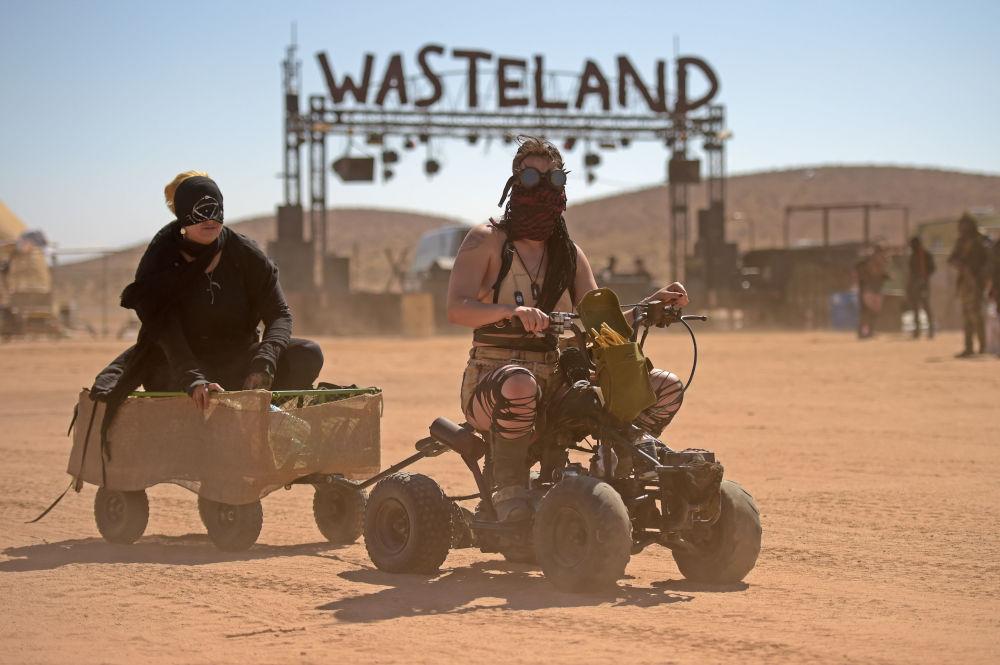 Mulheres andam de quadriciclo durante o festival Wasteland Weekend no deserto de Mojave, na Califórnia, EUA