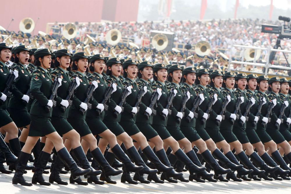Soldados do Exército chinês marcham durante o desfile militar que marcou o 70º aniversário da fundação da República Popular da China, em Pequim