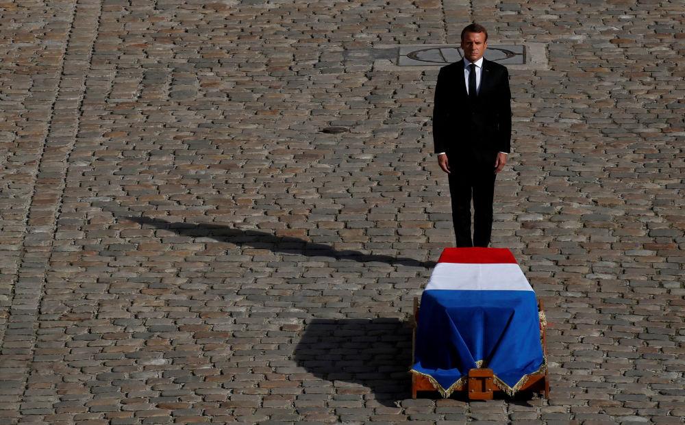 Presidente francês Emmanuel Macron diante do caixão do falecido ex-presidente francês Jacques Chirac