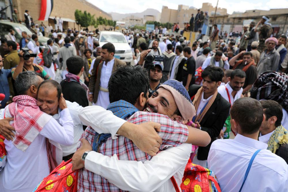 Prisioneiros abraçam parentes depois que os rebeldes houthis os libertaram de uma prisão no Iêmen