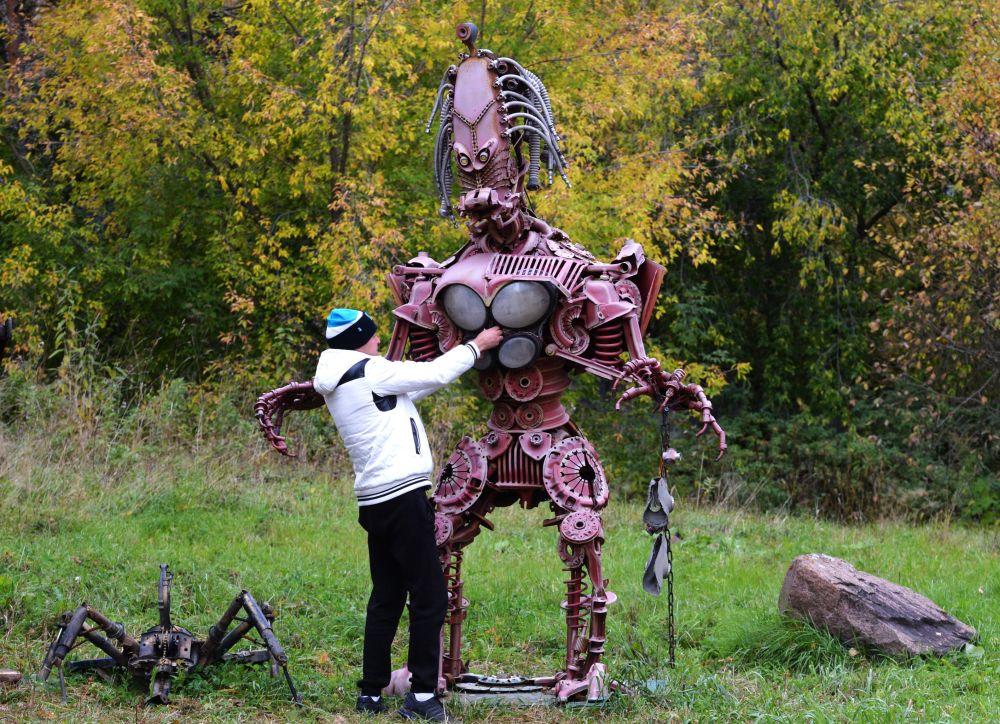 Exposição de esculturas metálicas feitas de peças de reposição de automóveis na cidade de Divnogorsk, Rússia