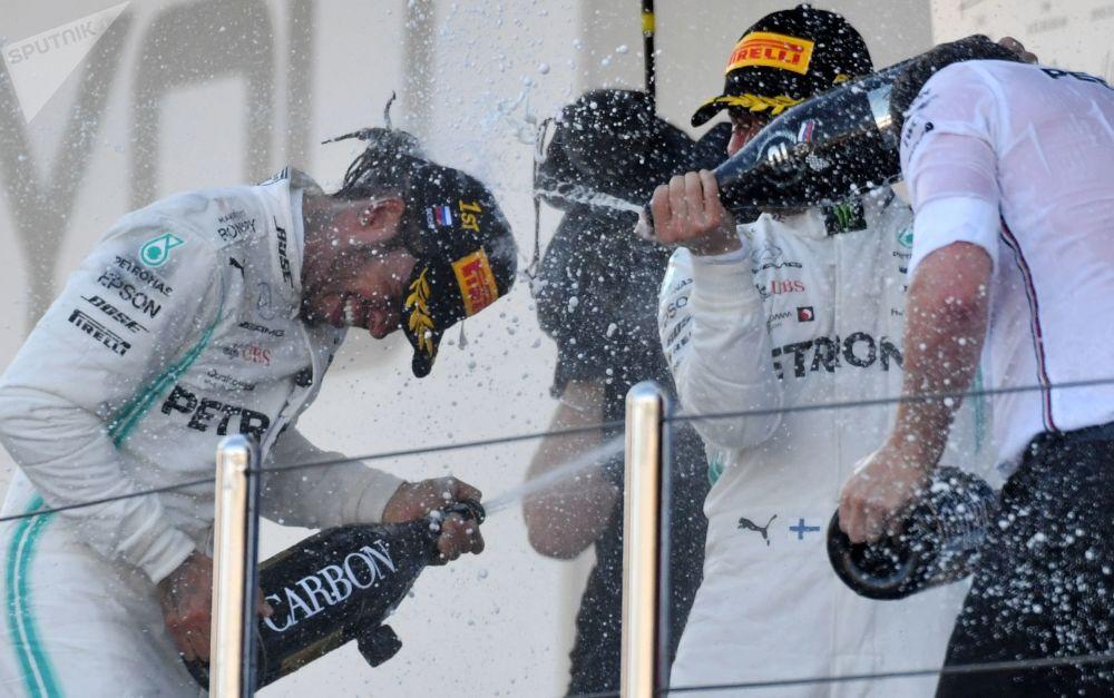 Pilotos Lewis Hamilton e Valtteri Bottas na cerimônia de premiação da etapa russa do Campeonato Mundial de Fórmula 1 de 2019