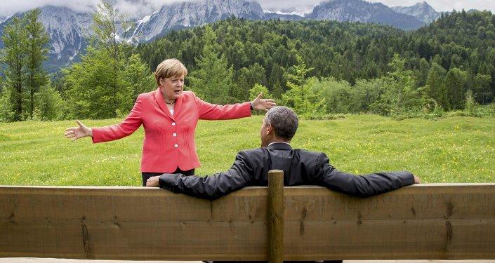 A chanceler alemã Angela Merkel fala com o presidente dos EUA Barack Obama