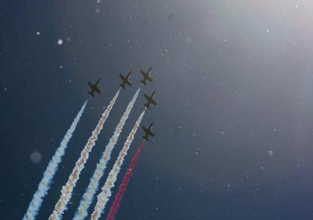 A equipe de acrobacia aérea Rus' (L-39 Albatros) durante o  Show de Defesa Marítima Internacional em São Petersburgo