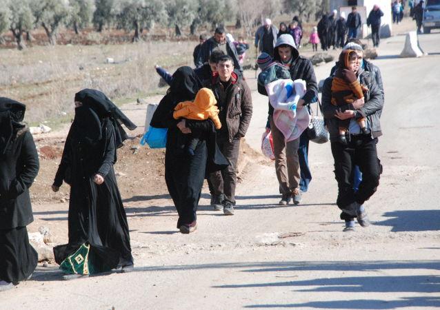 Refugiados com crianças no distrito de Afrin, Curdistão sírio, 11 de fevereiro de 2016