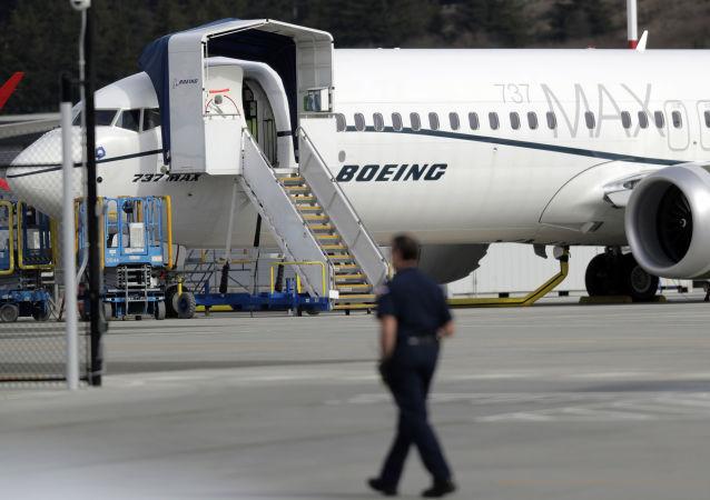 Funcionário da Boeing observa modelo 737 MAX estacionado em fábrida da empresa em Seattle