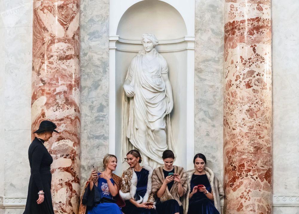 Mulheres no saguão do Teatro Hermitage, em São Petersburgo, antes da cerimônia de entrega do prêmio internacional pelo desenvolvimento e fortalecimento das relações humanitárias nos países da região do Báltico