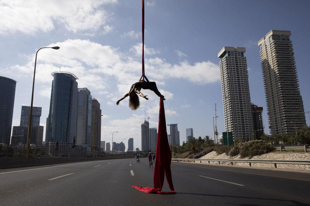 Equilibrista israelense atuando sobre uma estrada em Tel-Aviv durante a festa judaica do Dia da Expiação