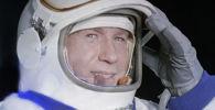 Cosmonauta Aleksei Leonov vestindo traje espacial.