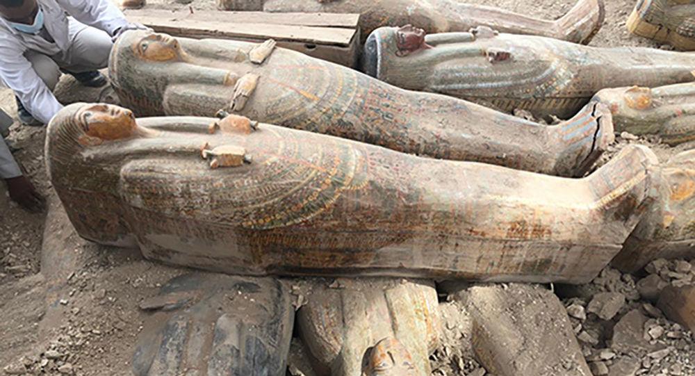 Antigos sarcófagos de madeira encontrados em Luxor