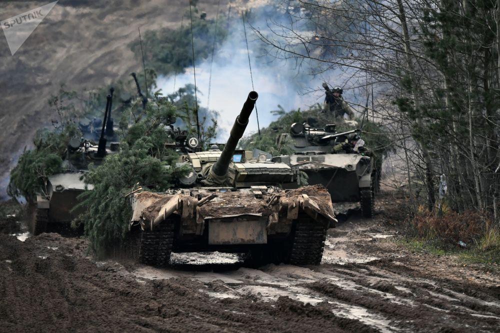 Em primeiro plano vemos blindados T080BV, seguidos de veículos BMV-2, durante treinamento conjunto