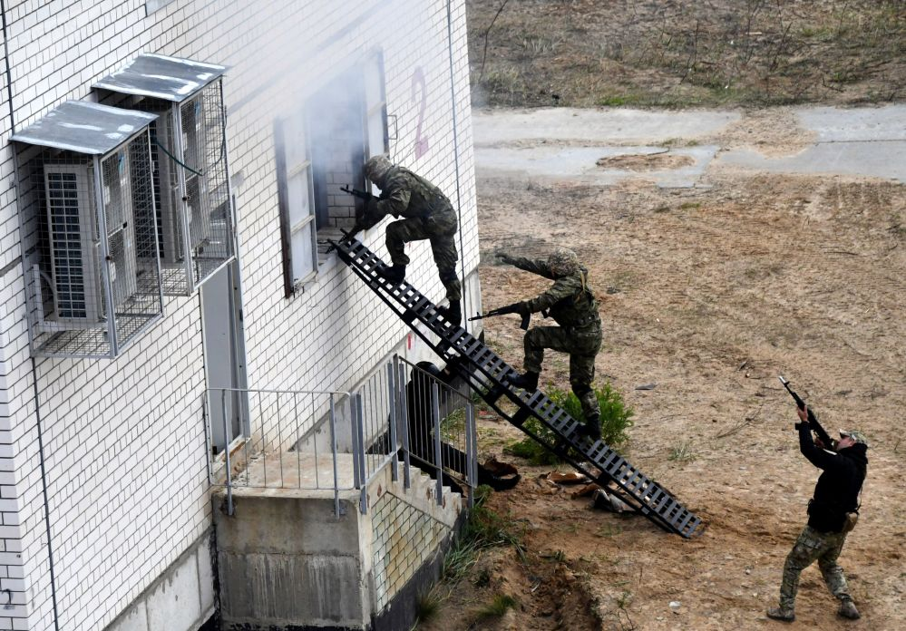 Soldados da Organização do Tratado de Segurança Coletiva (OTSC) simulam a libertação de edifício tomado por terroristas