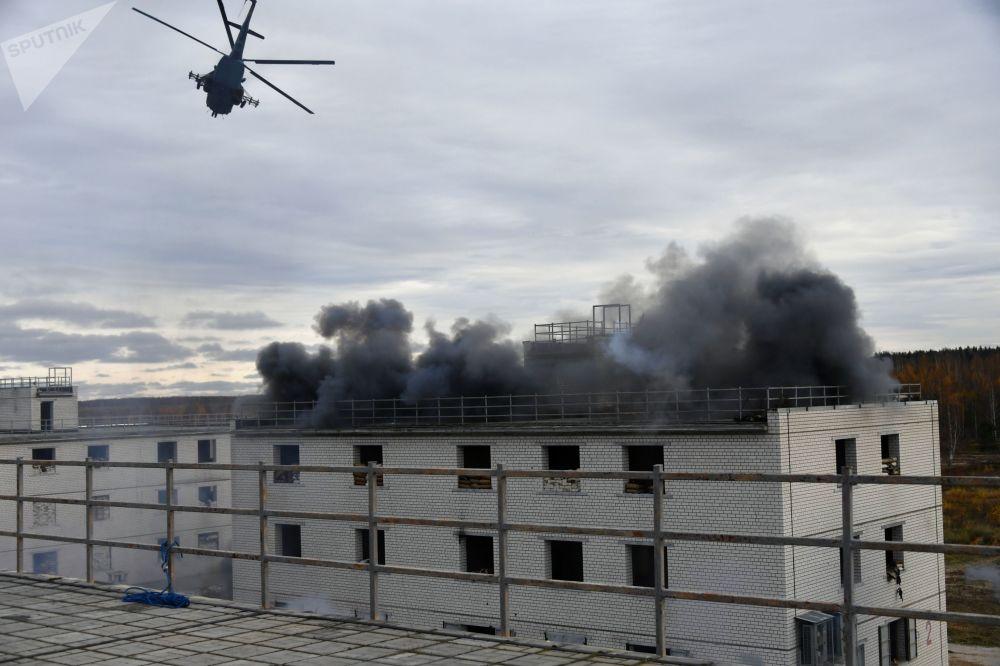 Helicóptero Mi-8 faz manobra durante treinamento de forças aliadas na Rússia