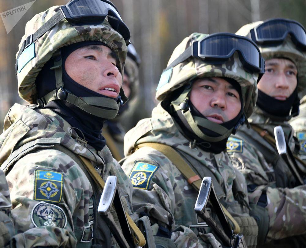 Soldados do Cazaquistão participam da cerimônia de abertura dos exercícios militares