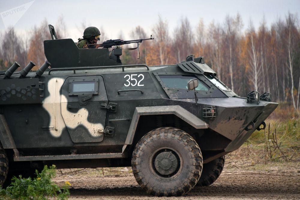 Soldado passa por treinamento em veículo militar durante exercícios da Organização do Tratado de Segurança Coletiva (OTSC)