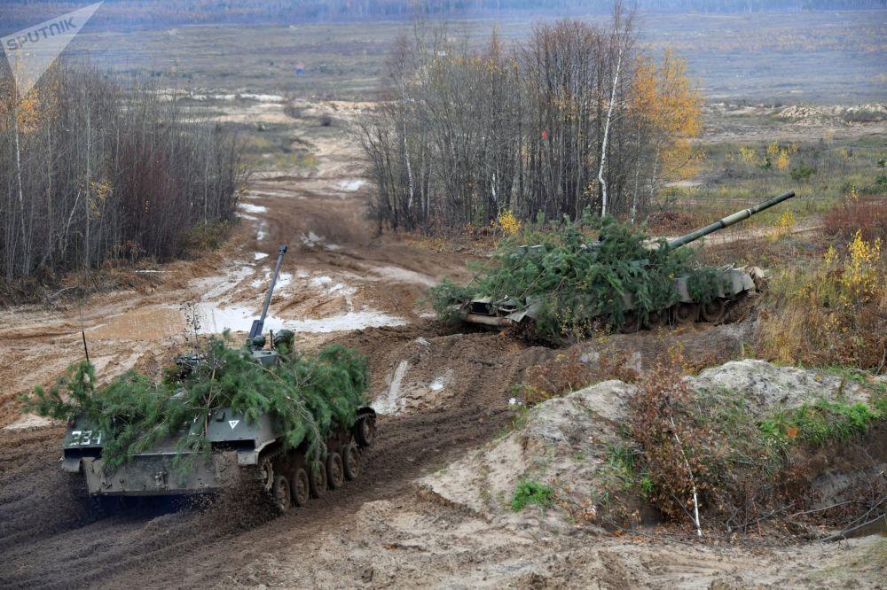 O veículo de combate de infantaria BMD-2 (à esquerda) em treinamento conjunto com o blindado T-80BV