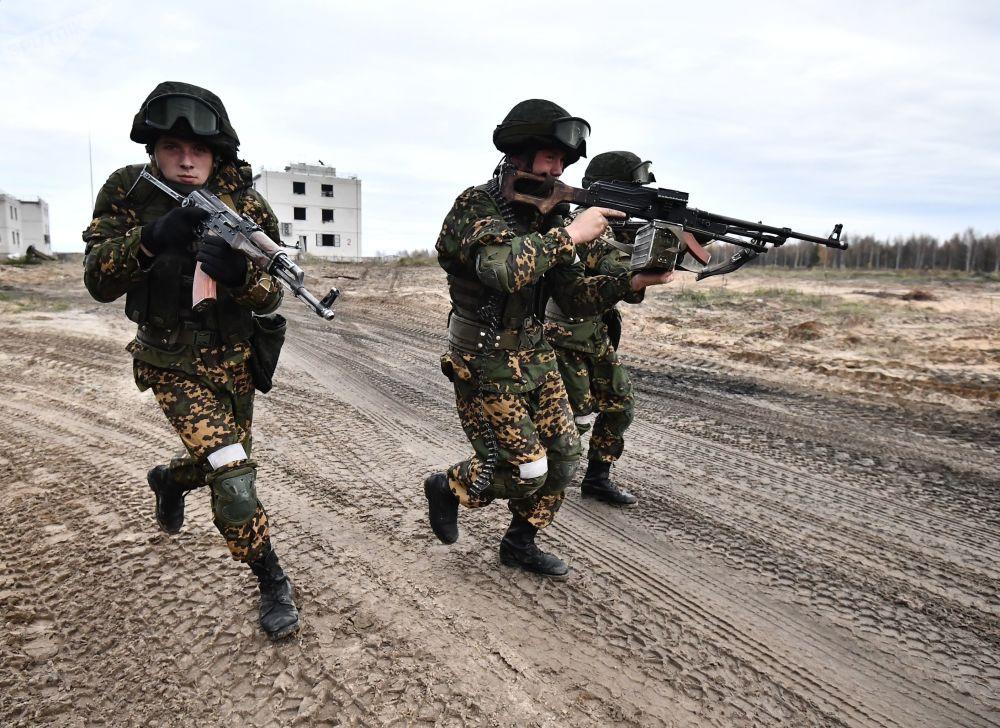 Membros da Força Coletiva de Reação Rápida (CRRF, na sigla em inglês) conduzem treinamento de operação para libertar vila de terroristas