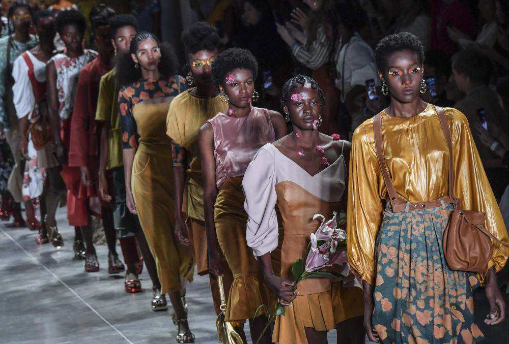 Modelos exibem coleção da estilista Ângela Brito em São Paulo