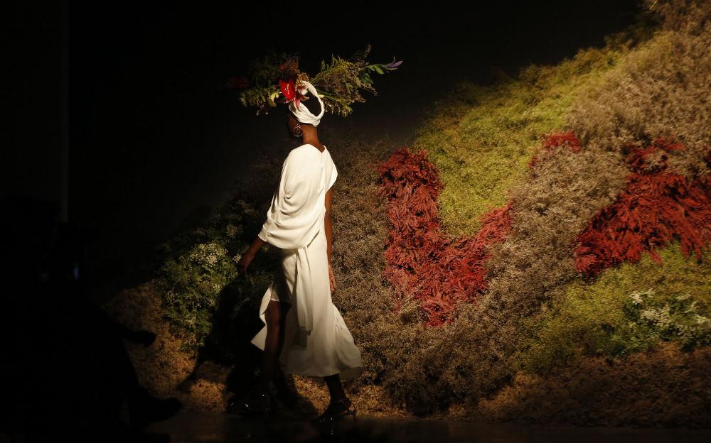 Modelo exibe a criação da estilista Ângela Brito em São Paulo
