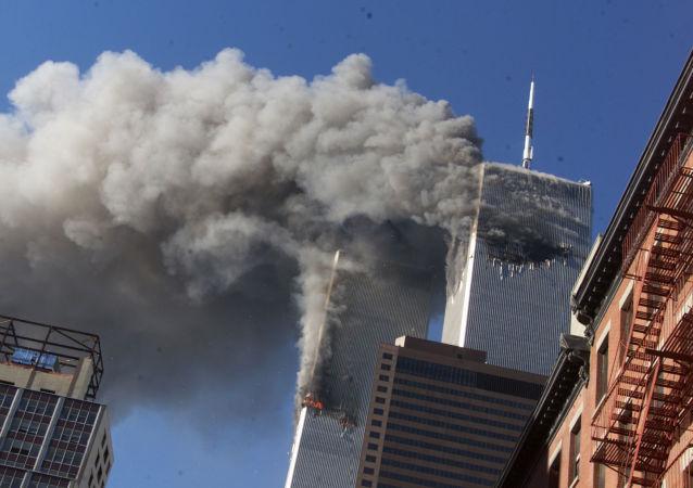 Fumaça proveniente das Torres Gêmeas em chamas do World Trade Center depois que aviões sequestrados se chocaram contra as torres, em Nova York, 11 de setembro de 2001.