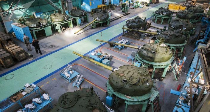 Tanque T-72 passando por modernização na fábrica de Omsk