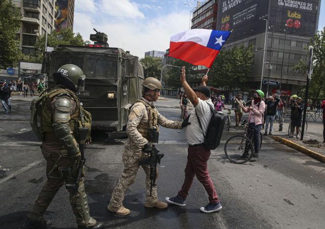 Soldado  intercepta manifestante durante protestos no Chile