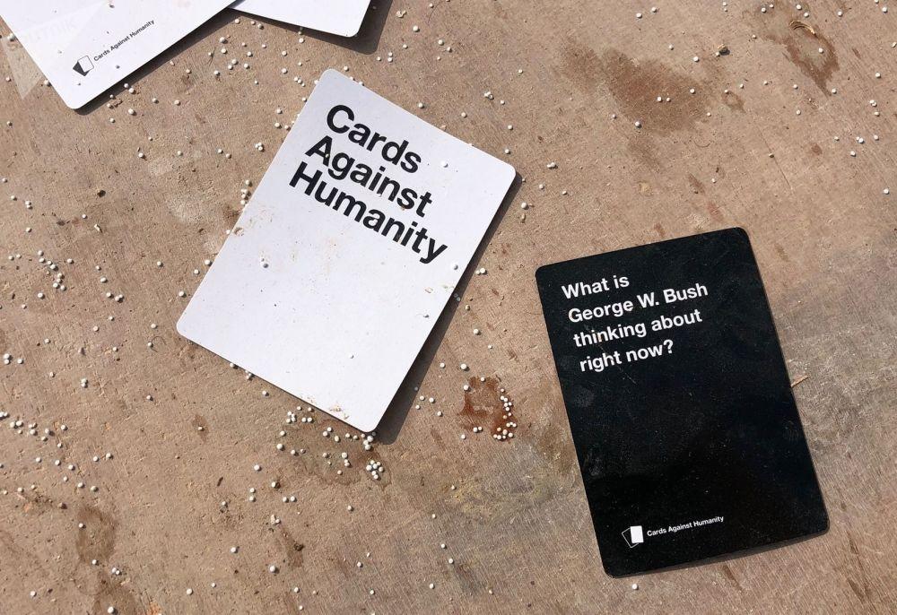 Cartas de jogos espalhadas sobre o chão da base de coordenação aérea abandonada do Exército dos EUA em Dadat, Síria