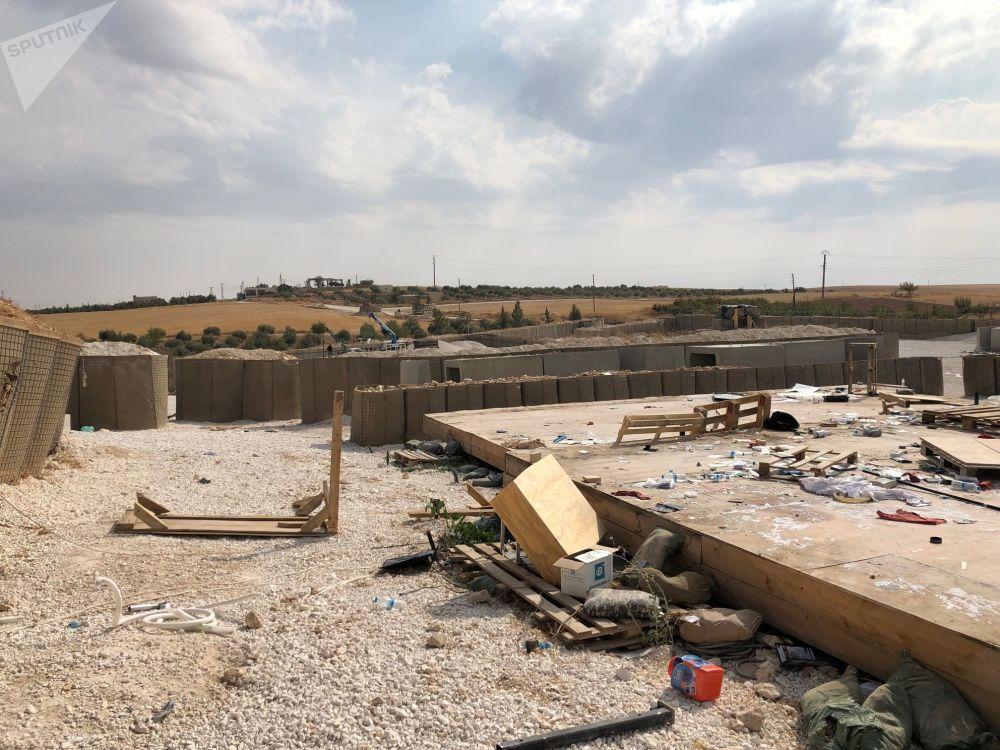 Objetos e lixo espalhados no chão da base militar americana que foi abandonada nos arredores de Manbij, no nordeste da Síria