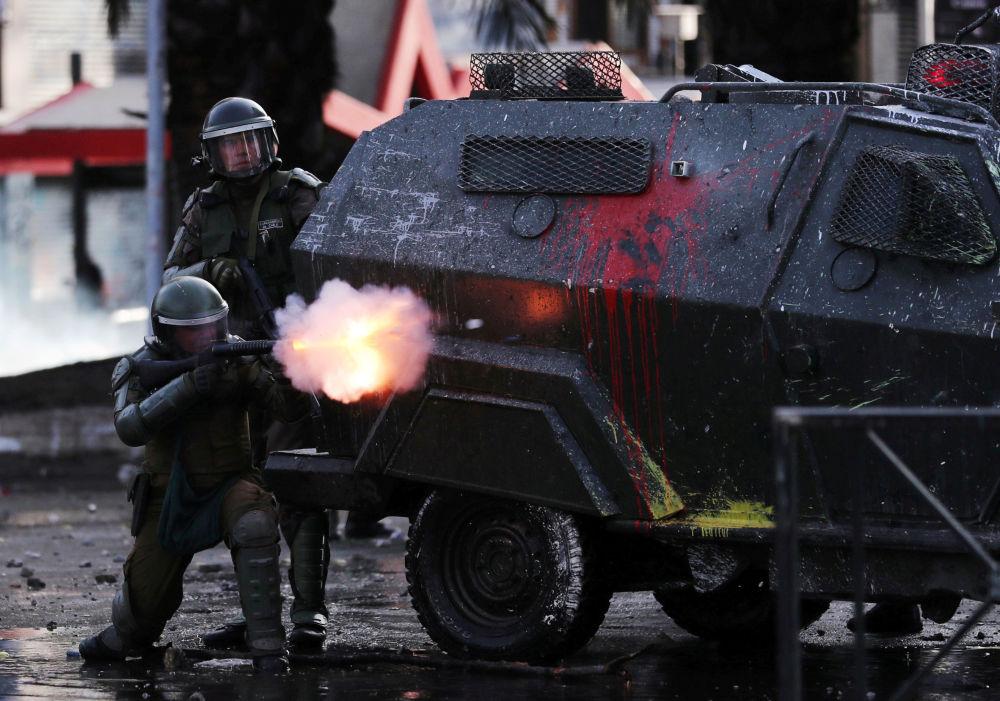 Soldados protegidos por veículos blindados atiram contra manifestantes na capital chilena