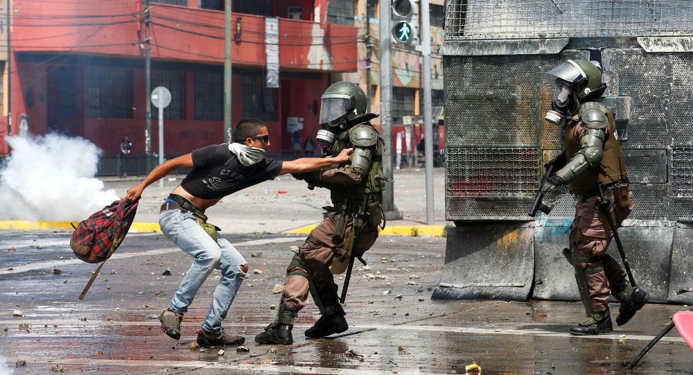 Agentes das forças de segurança reprimem manifestantes em Valparaíso, no Chile