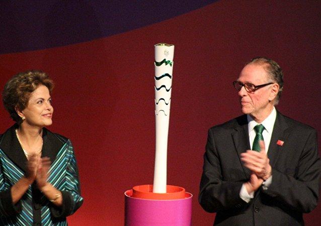 A presidente da República, Dilma Rousseff e o Presidente do Comitê Rio 2016, Carlos Arthur Nuzman participam de cerimônia para divulgar o modelo da Tocha Olímpica