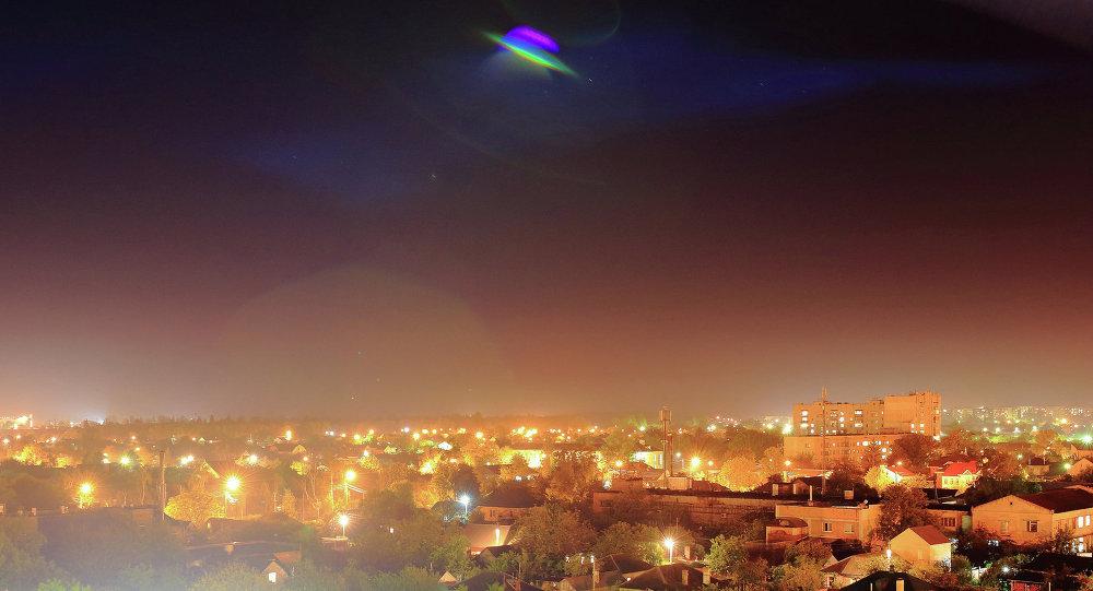 OVNI acima de uma cidade (montagem)