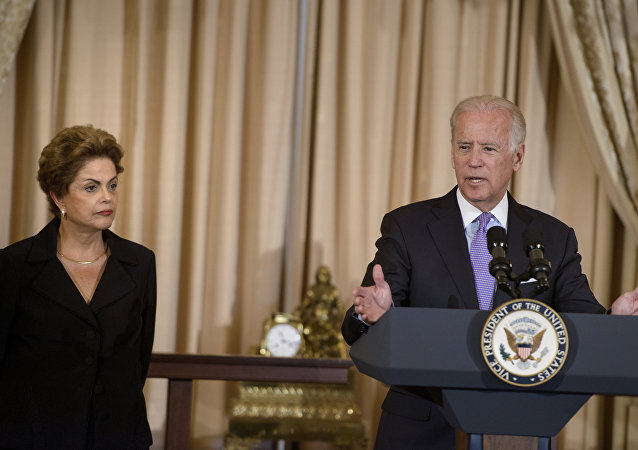 Presidenta do Brasil, Dilma Rousseff, ao lado do vice-presidente dos Estados Unidos, Joe Biden