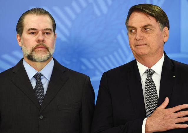 Presidente do Supremo Tribunal Federal, Dias Toffoli, e o presidente do Brasil, Jair Bolsonaro, em cerimônia no Palácio do Planalto, Brasília, 26 de setembro de 2019
