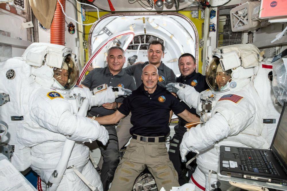 Astronautas Christina Koch e Jessica Meir com a tripulação da expedição 61 da EEI após uma caminhada espacial conjunta
