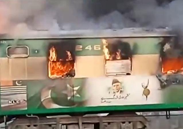 Vagão tomado por chamas após botijão de gás de um passageiro explodir em um trem perto de Rahim Yar Khan, Paquistão, em 31 de outubro de 2019