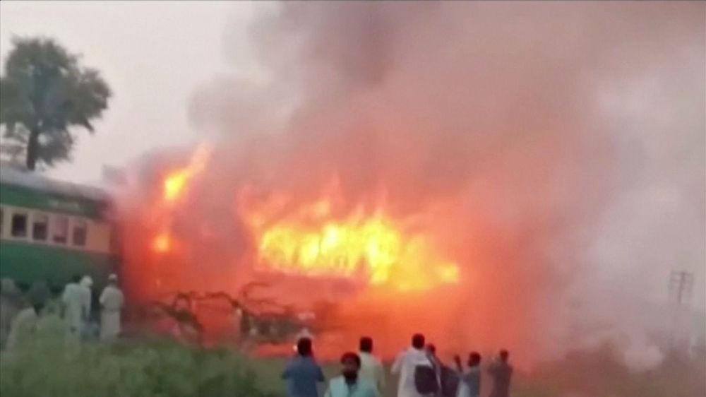 Paquistaneses testemunham destruição provocada pelas chamas no trem