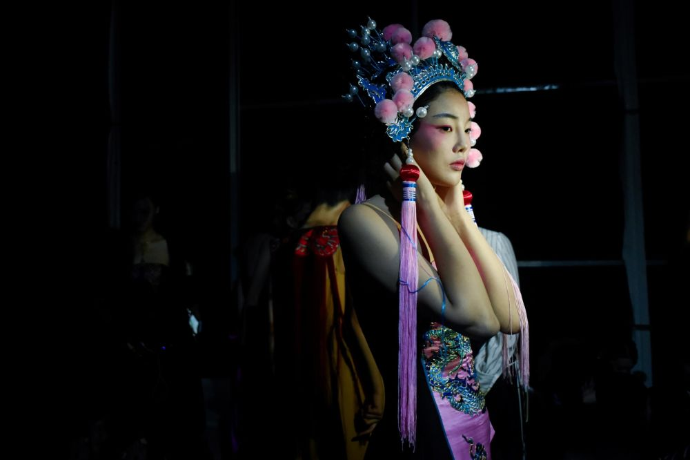 Modelo se prepara para desfile de moda da marca David Sylvia, durante semana de moda na China