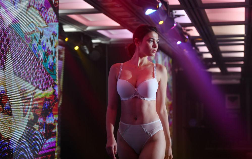 Modelo desfila usando lingerie da Senselle by Felina no âmbito da Semana de Moda de Lingeries em Moscou
