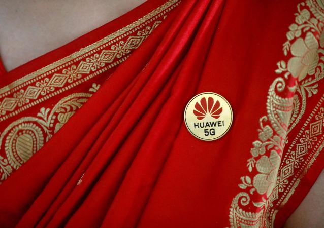 Logo da Huawei em um broche pendurado em um saree de uma indiana durante o India Mobile Congress celebrado em Nova Delhi,  India, em outubro de 2019