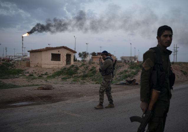 Combatente das Forças Democráticas Sírias (FDS), apoiado pelos EUA, perto da base do campo de petróleo de Al-Omar, leste da Síria, 24 de fevereiro de 2019