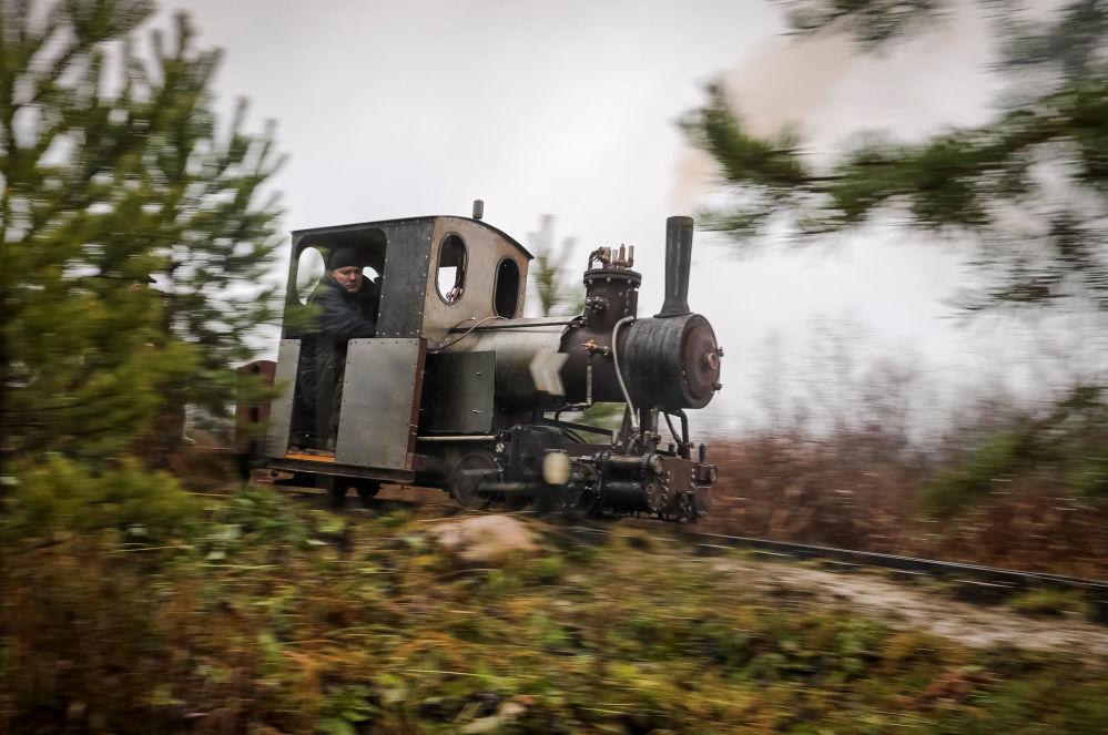 Locomotiva a vapor feita pelo engenheiro Pavel Chilin anda sobre trilhos em vilarejo na região russa de Leningrado